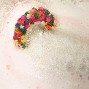 Raspberry Pav-lover Whoopie Bath Bomb, 140g - Bomb Cosmetics